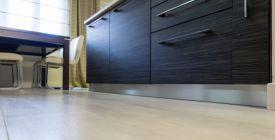 Podlaha v kuchyni by měla být odolná. Jakou tedy vybrat?